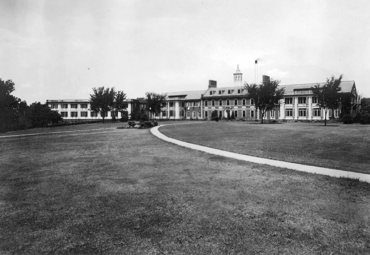 Historic photo of the Broadlawns campus, 1940s, featuring vast lawns